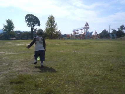 新庄総合公園でボール遊びする希羅.jpg