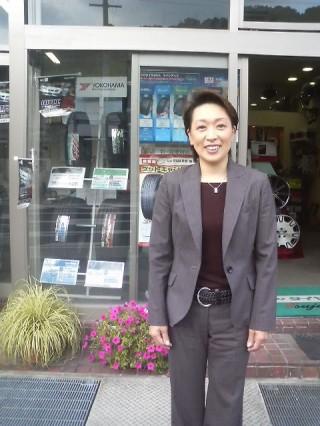 橋本 聖子さん 当店の店前にて.jpg