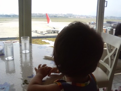 飛行機を眺めながらランチ 伊丹空港.jpg